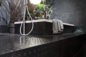 Modernistyczne, czarne płytki antypoślizgowe do łazienki