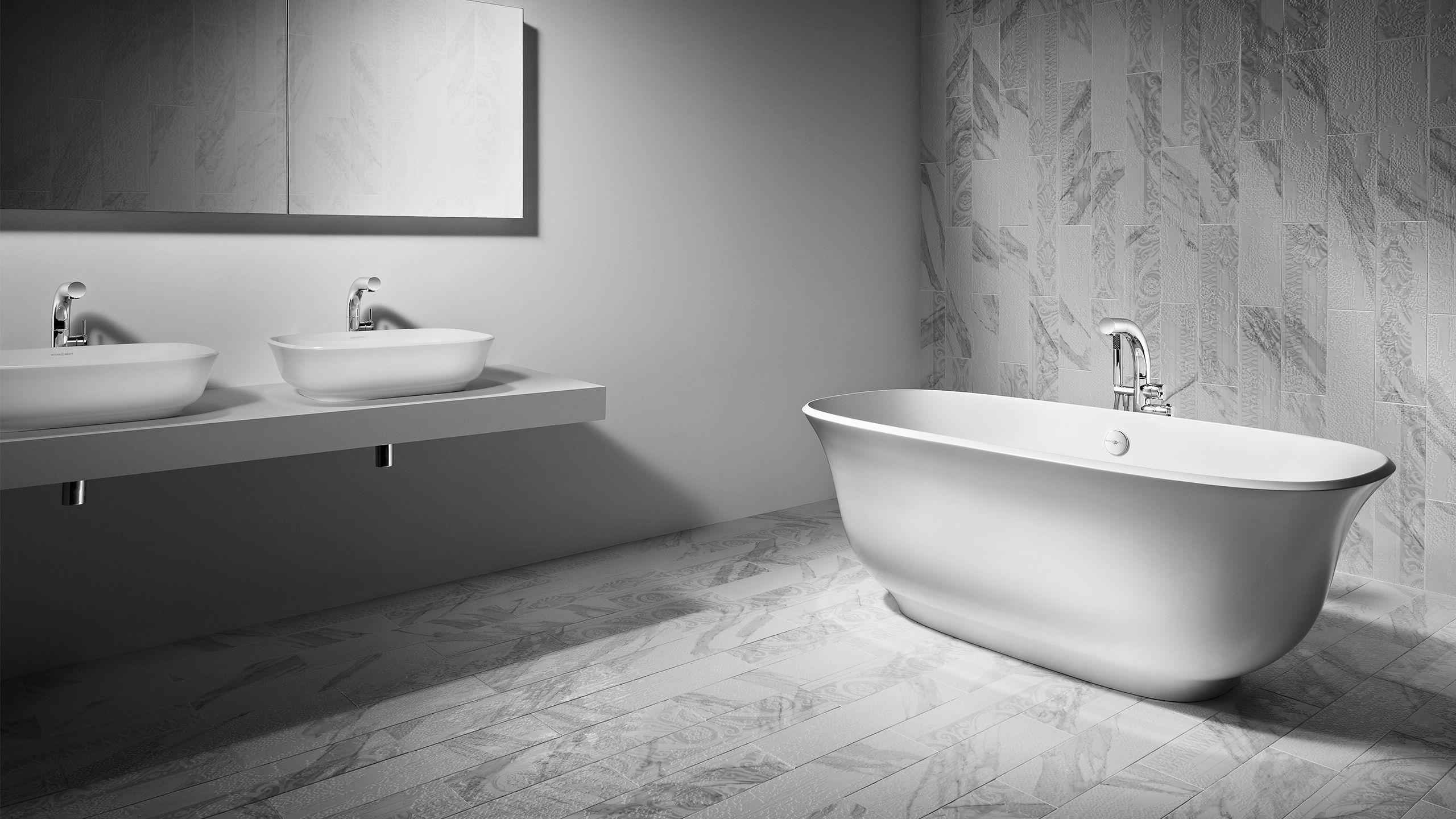 Biała łazienka z włoskimi płytkami i minimalistycznym wyposażeniem w Bellamica