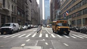 Ulica ze szkolnym autobusem