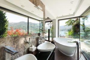 Łazienka z nowoczesną wanną i umywalkami w Bellamica