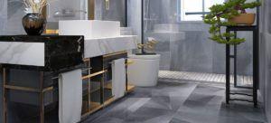 Łazienka z marmurowym blatem i złotym wykończeniem mebli w Bellamica