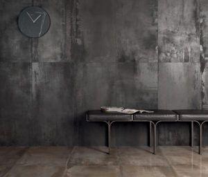Płytki przypominające beton w salonie z wyposażeniem łazienek Bellamica