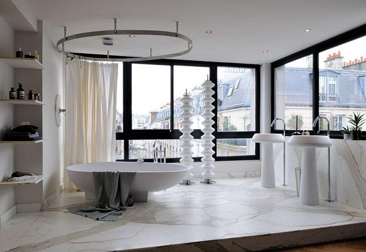 Biała, nowoczesna łazienka z płytkami przypominającymi marmur w Bellamica
