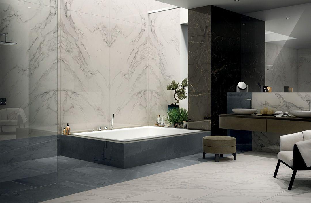 Łazienka z marmurowymi płytkami w Bellamica