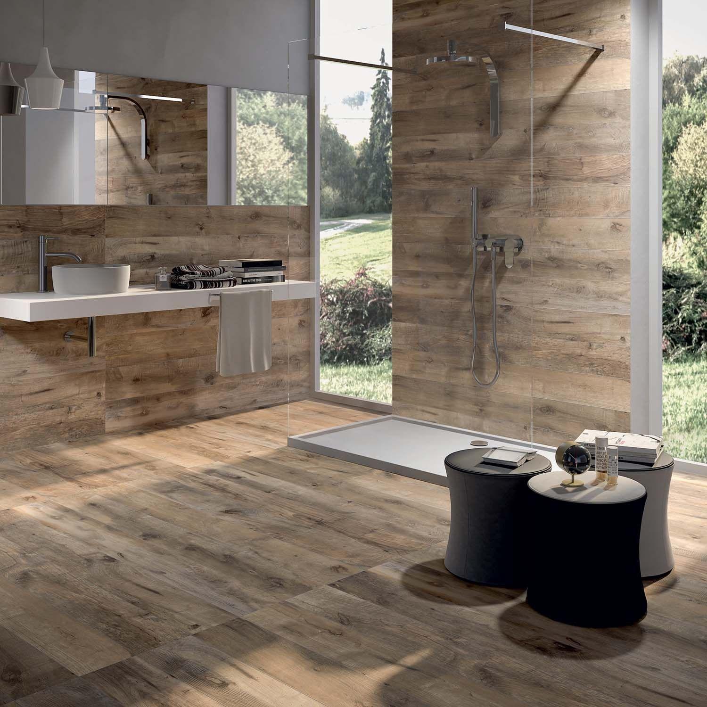 Skandynawska łazienka Flaviker z płytkami imitującymi drewno w Bellamica