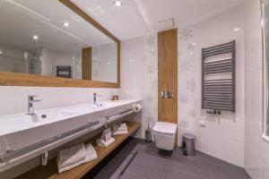 Biała i szare płytki z Bellamica w łazience w Nosalowym Dworze