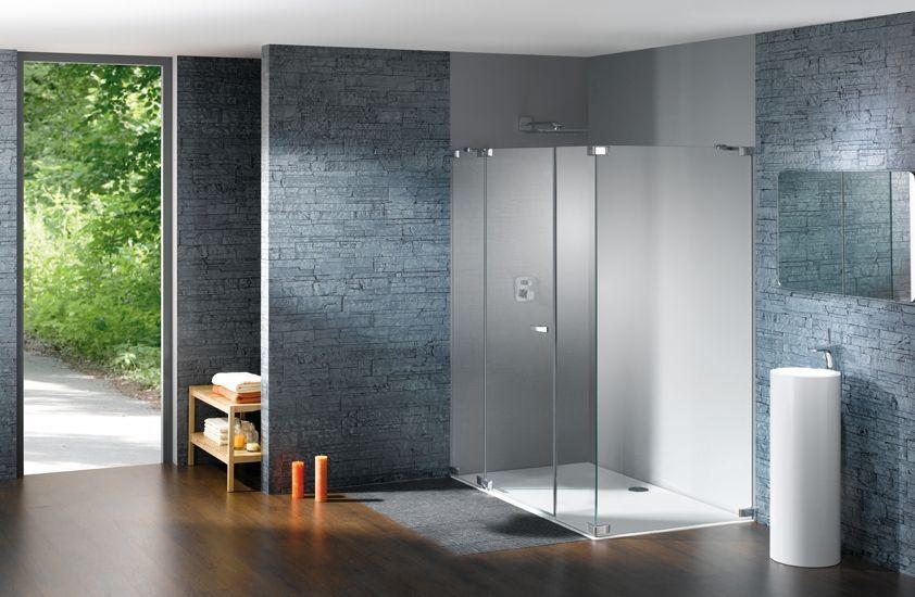 Funkcjonalny prysznic bez brodzika Huppe w salonie łazienkowym Bellamica