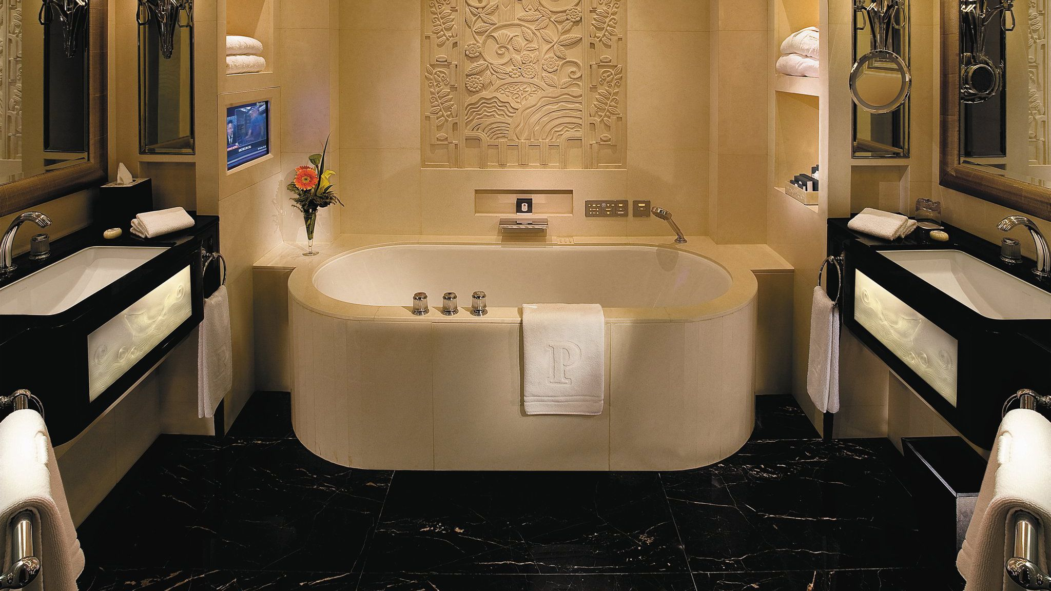 Awangardowa łazienka w Bellamica projektu THG