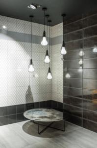 Nowoczesne włoskie płytkie w salonie z wyposażeniem łazienek Bellamica