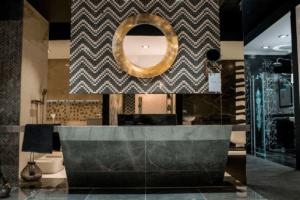 Projekt ekskluzywnej łazienki w stylu glamour w Bellamica