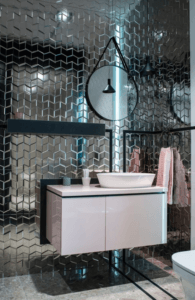 Szkliste płytki o geometrycznym kształcie w salonie łazienkowym Bellamica
