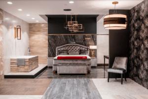 Nowoczesna sypialnia z wanną wolnostojącą w salonie Bellamica