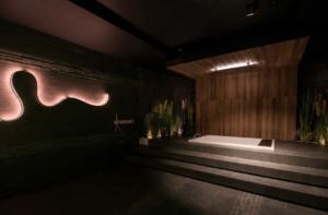 Łazienka z ciemnymi płytkami i nowoczesną wanną z Bellamica