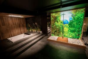 Łazienka z panelem szklanym i nowoczesnym prysznicem w Bellamica