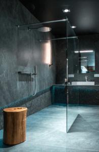 Aranżacja łazienki z prysznicem bez brodzika w salonie Bellamica