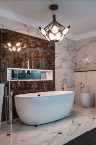 Projekt stylowej łazienki z marmurkowymi płytkami z Bellamica