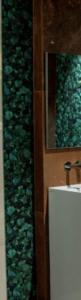Luksusowe płytki z roślinnym wzorem w salonie łazienkowym Bellamica