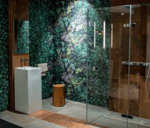 Łazienka z płytkami z roślinnym wzorem w salonie Bellamica