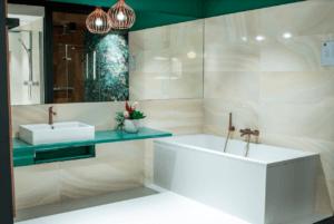 Projekt jasnej łazienki z turkusowym baltem z Bellamica