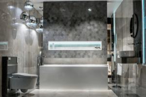 Nowocześnie wyposażona łazienka z płytkami-heksogenami w salonie Bellamica