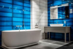 Łazienka ze szklistymi, niebieskimi płytkami w Bellamica