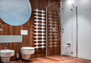 Łazienka z płytkami przyminającymi drewna i prysznicem bez brodzika w Bellamica