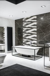 Łazienka z wanną na industrialnym stelażu w salonie Bellamica