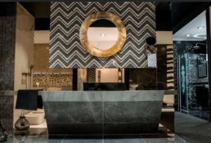 Łazienka w stylu glamour z marmurkowymi płytkami w Bellamica