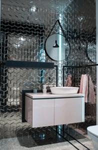 Łazienka z lustrzanymi płytkami w Bellamica