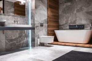 Nowoczesna łazienka z płytkami przypominającymi drewno z Bellamica