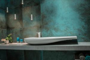 Włoskie, luksusowe płytki w salonie z wyposażeniem łazienek