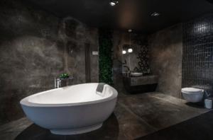 Łazienka z płytkami przypominającymi beton w Bellamica